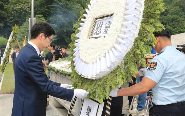 6일 창원 충혼탑에서 열린 현충일 추념식에서 김경수 경남지사가 헌화하고 있다.