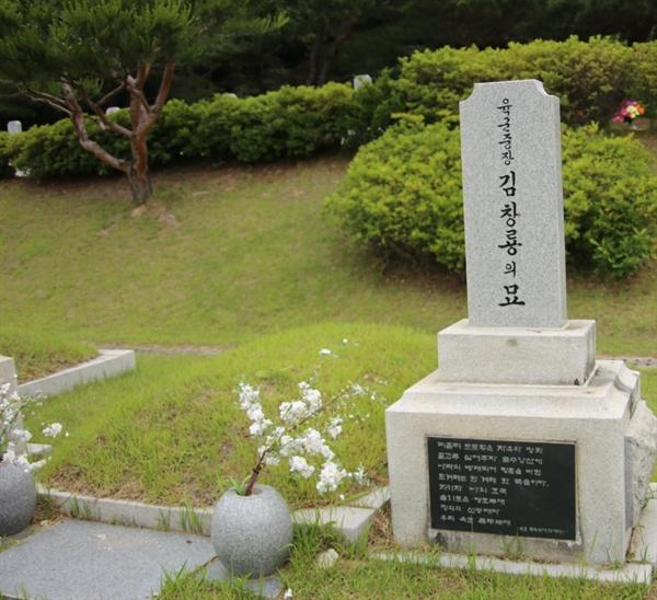 대전현충원 장군 묘역에 있는 김창룡의 묘지 앞에 매년 현충일마다 국군기무사령관이 조화를 보내던 관행이 사라졌다. (2019년 6월 6일 오후 김창룡 묘지)