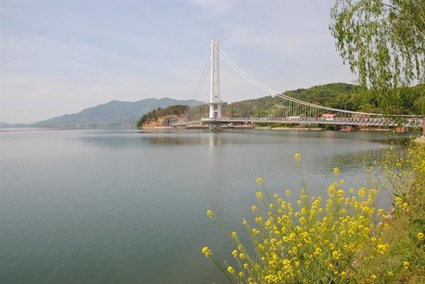 충남 예산 예당호 출렁다리는 길이 402m로 현재 국내에서 가장 긴 출렁다리다