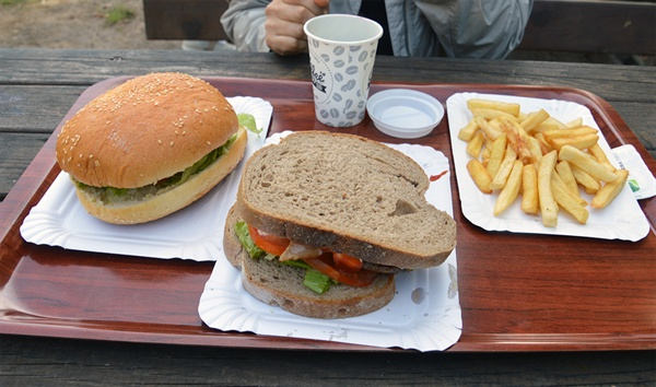 햄버거와 커피 투박한 음식이지만 따뜻할 때 먹으면 맛이 좋다.