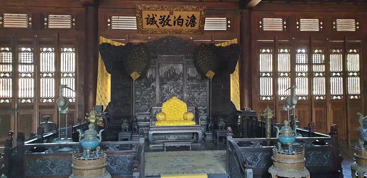 근정전 어좌(御座) 위에 '담박경성(澹泊敬誠)'이라는 편액이 걸려 있다.