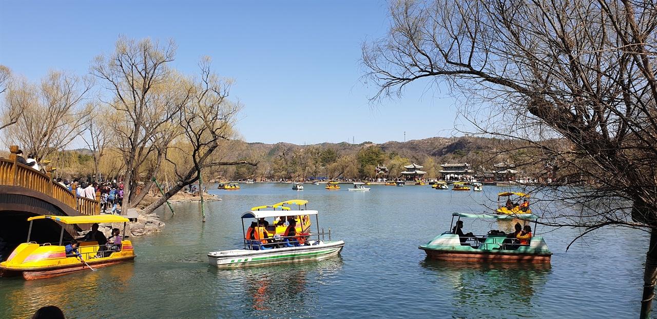 호수 피서산장내 호수구역은 건너편 금산으로 가기 위해 배를 타기도 하지만 또한 뱃놀이를 즐기는 유원지이기도 하다.