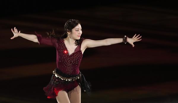 피겨퀸 1년만에 오른 은반 김연아가 6일 오후 서울 송파구 올림픽공원 KSPO돔에서 열린 올댓스케이트 2019 아이스쇼에서 새 갈라 프로그램 '다크아이즈(Variations on Dark Eyes)'를 선보이고 있다.