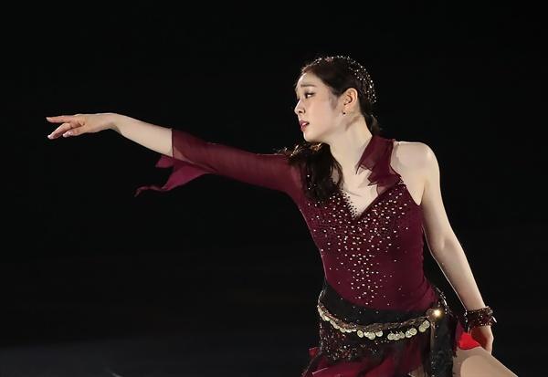 김연아의 손짓에 김연아가 6일 오후 서울 송파구 올림픽공원 KSPO돔에서 열린 올댓스케이트 2019 아이스쇼에서 새 갈라 프로그램 '다크아이즈(Variations on Dark Eyes)'를 선보이고 있다.