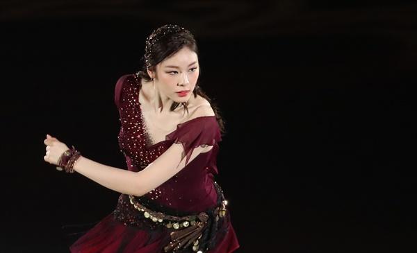 새 갈라 프로그램 선보이는 김연아 김연아가 6일 오후 서울 송파구 올림픽공원 KSPO돔에서 열린 올댓스케이트 2019 아이스쇼에서 새 갈라 프로그램 '다크아이즈(Variations on Dark Eyes)'를 선보이고 있다.