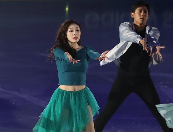 오프닝 무대 여는 피겨퀸 6일 오후 서울 송파구 올림픽공원 KSPO돔에서 열린 올댓스케이트 2019 아이스쇼에서 김연아가 오프닝 무대를 선보이고 있다.