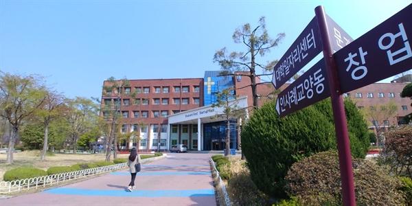 대전의 한 사립대에서 재학생이 대학일자리센터 건물로 걸어가고 있다. 지역의 취업준비생들은 '서울 등 수도권에 비해 일자리 자체가 절대적으로 적다'고 호소하고 있다.