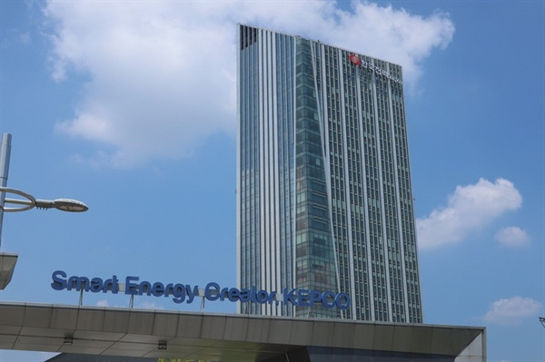 2014년 전남 나주 빛가람 혁신도시로 이전한 한국전력공사 본사. 한전을 비롯한 에너지공기업 이전으로 관련 학과 취업에는 숨통이 트였지만, 전반적인 지역 일자리는 수도권에 비해 매우 부족한 게 현실이다.