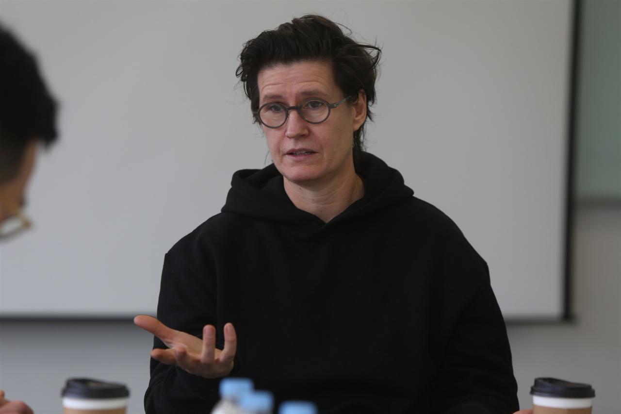 레이첼 아라 국립현대미술관 <나의 값어치는 이정도> 전시에 대해서 설명하고 있는 영국 작가 '레이첼 아라'