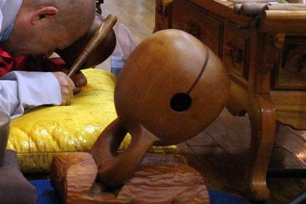 목탁소리의 원천은 목탁일까? 목탁 구멍일까? 목탁 채일까?