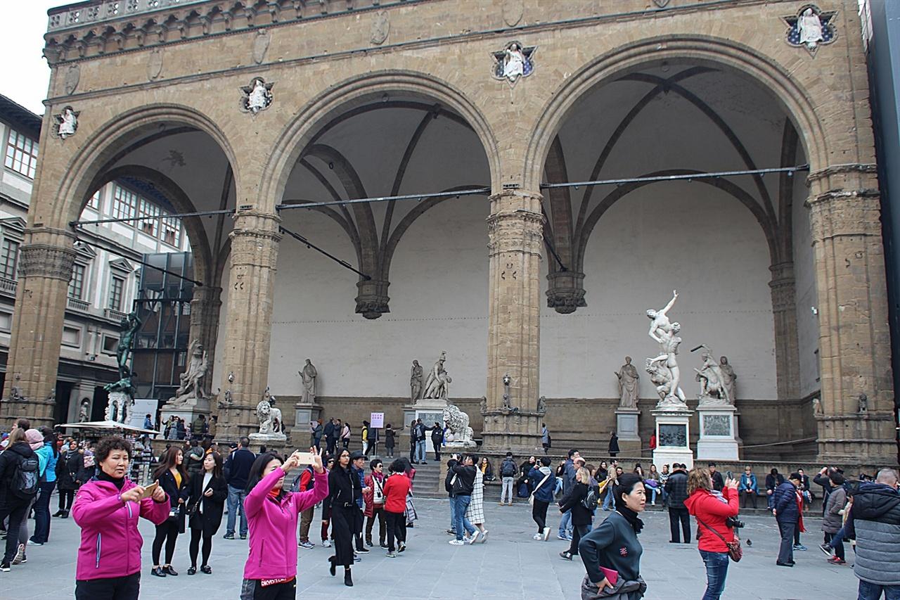 베키오 궁전 앞에 있는 로자 데이 란치(Loggia dei Lanzi)라고 불리는 옥외 조각 갤러리 모습