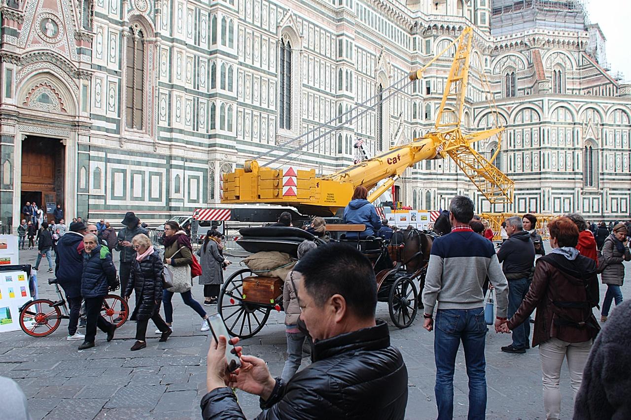 피렌체 두오모 대성당과 시뇨리아 광장에서 영업하는 마차들의 모습