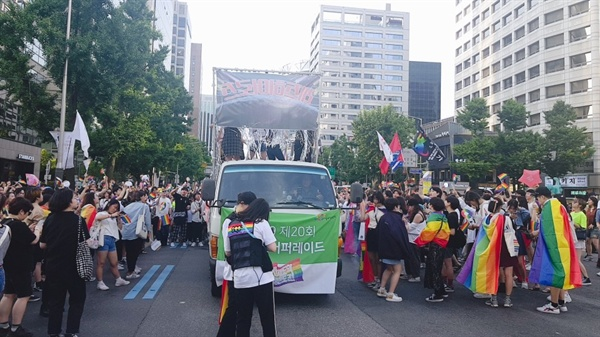 춤 추고 노래하며 정신없이 걸었다. 가끔 동성애에 반대한다며 차로 뛰어드는 사람들이 있는 것을 제외하면 우리의 행진을 방해하는 건 아무것도 없었다.