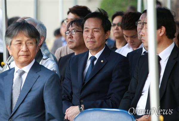 이한열 열사 32주기 추모식 참석한 우상호 의원 이한열 열사 32주기 추모식이 7일 오후 서울 서대문구 연세대 한열동산에서 열린 가운데, 87년 총학생회장이었던 우상호 더불어민주당 의원이 참석하고 있다.