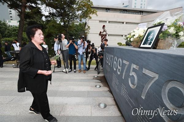 이한열 열사 32주기 추모식이 열린 7일 오후 서울 서대문구 연세대 한열동산에서 고인의 어머니 배은심 여사가 헌화하고 있다.