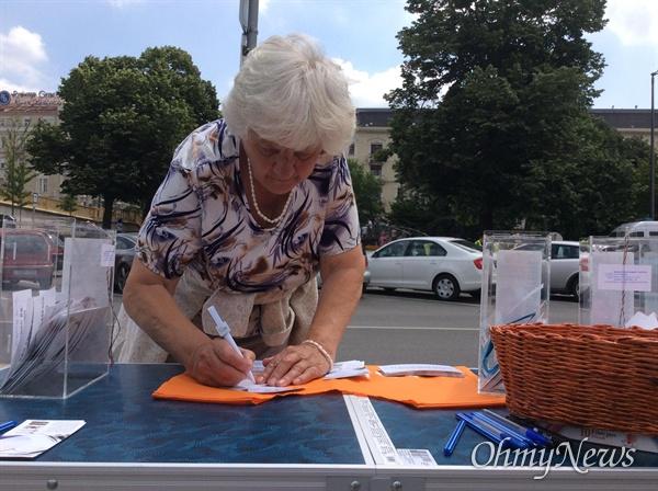 7일 금요일(현지시각) 허블레아니 유람선이 침몰한 헝가리 부다페스트 다뉴브강 사고 현장 부근에서 침례교 구호단체인 밥티스타(baptista)가 캠페인을 벌였다.