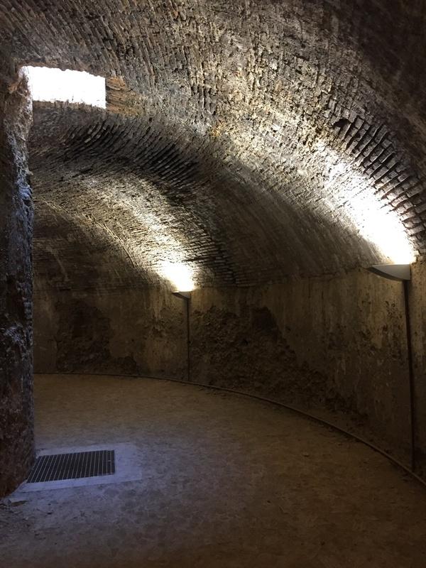혹시, 현빈씨가 여기 어디 쓰러져 있었을까요? 드라마 <알함브라 궁전의 추억>이 떠오르는 공간이었습니다.