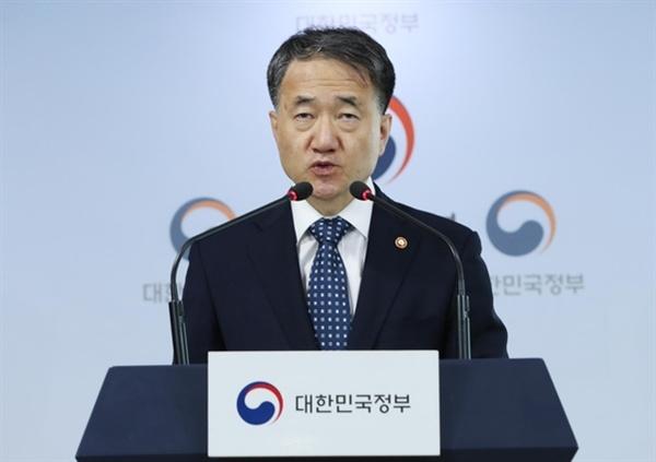 박능후 보건복지부 장관이 지난달 23일 오전 서울 세종로 정부서울청사에서 '포용국가 아동정책'을 발표하고 있다.