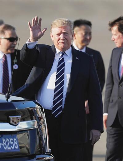 도쿄 하네다 공항에 도착한 트럼프 미 대통령 도널드 트럼프 미 대통령이 5월 25일 오후 도쿄 하네다공항에 전용기편으로 도착한 뒤 손을 흔들어 인사하고 있다. 트럼프 대통령은 이날부터 나흘간 일본을 국빈 방문한다.