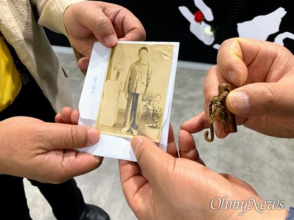 일제강점기 강제징용 피해자인 고 윤재찬씨가 지난 1942년부터 1945년까지 일본 미쓰비시 탄광에서 일하고 받은 월급통장용 도장과 당시 모습이 담긴 사진.