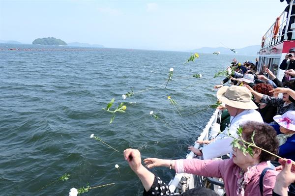 추모제 참석자들이 추모의 꽃을 바다에 던지며 괭이바다에서 희생된 이들의 명복을 빌었다.