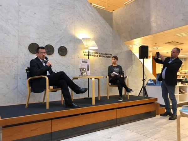<Kimlandia> 출간 직후 미까 마께라이넨 공영방송 yle 기자 미까 마께라이넨이 쓴 이번 책은 곧바로 핀란드 최대 서점 아카데미 (Akateeminen) 논픽션 부문 베스트셀러에 올랐다.