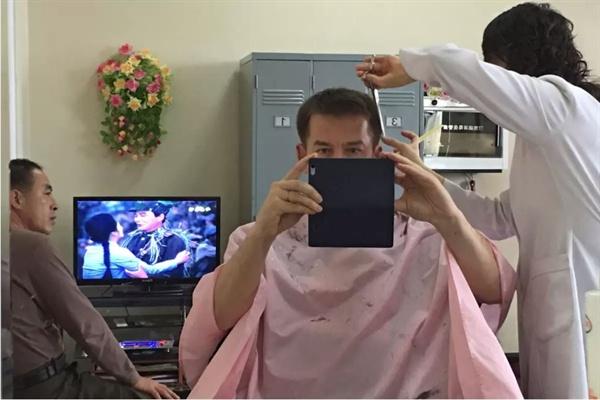 북한 평양 시내 이발소 '셀카' 미까 마께라이넨이 평양 시내 이발소에서 머리를 깎으며 '셀카'를 촬영했다. 일반적인 외국인 관광객이 방문하는 정해진 코스 대신 가이드에게 특별 요청했다.