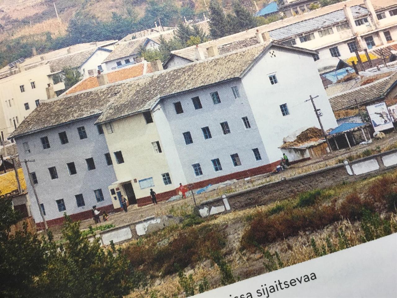 접경지대에서 보이는 건물 중국 쪽 국경에서 촬영한 함경북도 남양노동지구 건물