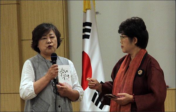학교도서관문화운동네트워크 김경숙 대표가 이날 모임을 주선한 의의를 말하고 있다.
