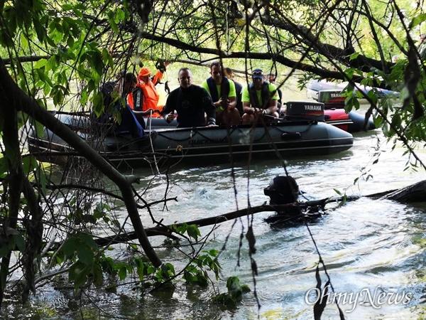 특수훈련견 이용한 다뉴브강 수색작업 지난 7일(현지시각) 헝가리 부다페스트에서 60km 떨어진 두나우바로시(Dunaujvaros) 지역 다뉴브 강에서 헝가리 대테러청 잠수사들이 특수 훈련된 개를 이용해 실종자 수색 작업을 하고 있다. 이곳은 실종사 한 명의 유해를 수습한 곳에서 멀지 않다. 특수견을 활용한 이런 수색작업은 헝가리 현지에서 자주 이용되는 것으로 알려졌다.