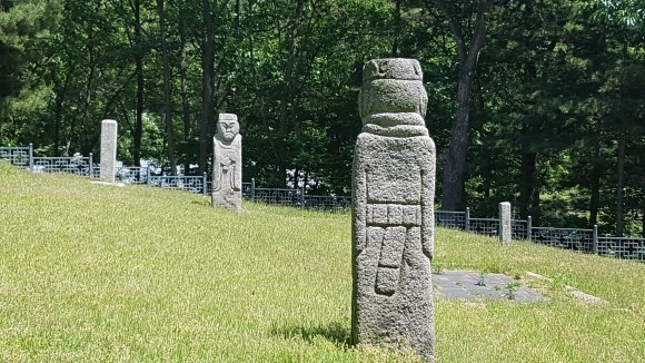 석실 앞에 석인상(石人像)이 동서로 마주보고 있으며 봉분 뒤쪽 양 모서리에 석수(石獸) 한 쌍이 있다.