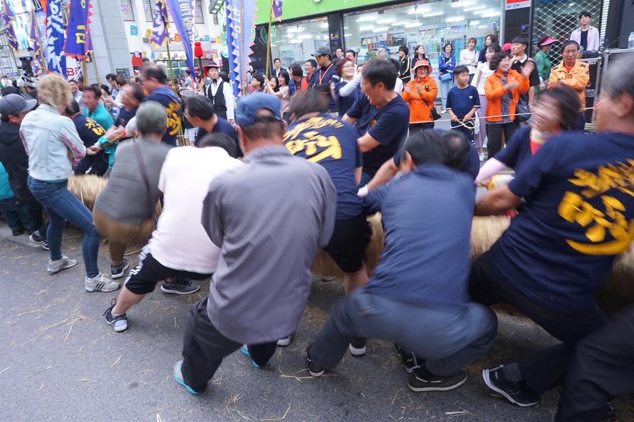 줄다리기를 하는 동편2 2019년 6월 8일, 마두희 축제 현장에서 찍은 사진