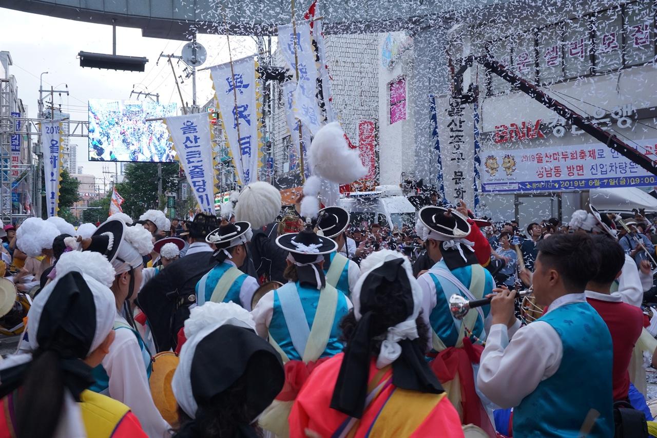 줄다리기 행사가 끝난 후에 뒤풀로 하는 대동놀이 2019년 6월 8일, 마두희 축제 현장에서 찍은 사진