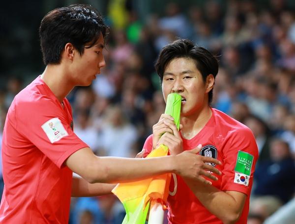 '왜 시간을 끌어!' 8일 오후(현지시간) 폴란드 비엘스코-비아와 경기장에서 열린 2019 국제축구연맹(FIFA) 20세 이하(U-20) 월드컵 8강 한국과 세네갈전의 경기.  후반 이강인이 코너킥을 차기 앞서 상대 선수가 그라운드에 드러누워 있자 깃발을 붙잡고 있다. 이에 이지솔이 다가와 이강인과 대화하고 있다.