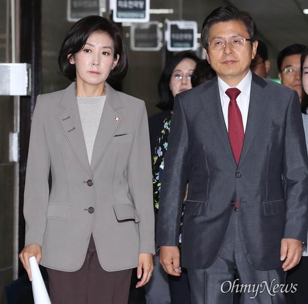 자유한국당 황교안 대표와 나경원 원내대표가 10일 오전 국회에서 열린 최고위원회의에 입장하고 있다.