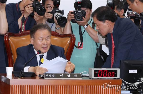 10일 오전 국회에서 열린 사법개혁 특별위원회 전체회의에서 자유한국당 윤한홍 의원이 이상민 위원장에게 개회 반대 의사를 밝히고 있다.