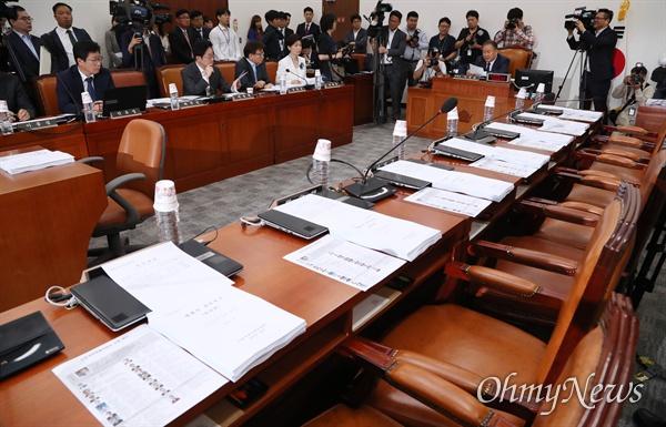 사개특위 불참한 한국당 10일 오전 국회에서 열린 사법개혁 특별위원회 전체회의에 자유한국당 의원들이 불참해 자리가 비어 있다.