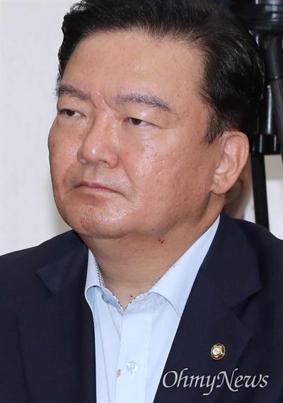 자유한국당 민경욱 대변인이 10일 오전 국회에서 열린 최고위원회의에 참석하고 있다.