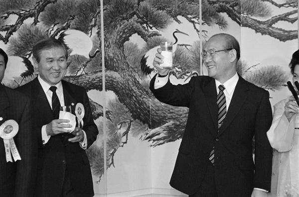 1987년 6월 전두환 대통령이 힐튼호텔에서 열린 축하연에서 민정당 대통령 후보로 지명된 노태우 후보를 축하해 주고 있다.