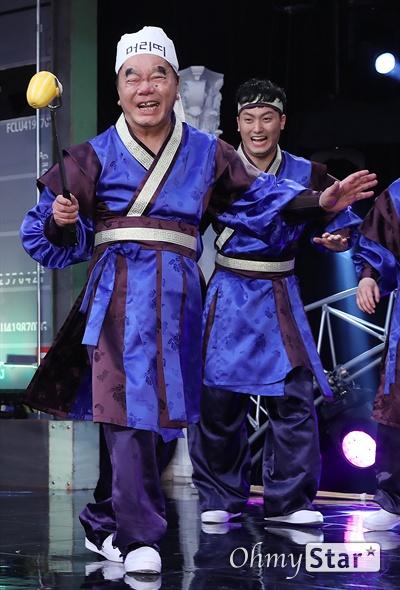 '스마일 킹' 심형래, 살아있는 코미디 전설 코미디언 심형래가 10일 오후 서울 가양동 IHQ미디어에서 열린 코미디 TV 예능 블록버스터 코미디쇼 <스마일 킹> 기자간담회에서 '단군의 후예들'을 시연하고 있다. <스마일 킹>은 극장 공연에서 볼 수 있었던 '쇼 코미디'와 텔레비젼 프로그램의 '방송 코미디'를 결합한 코미디 프로그램이다. 매주 일요일 오후 9시 방송.