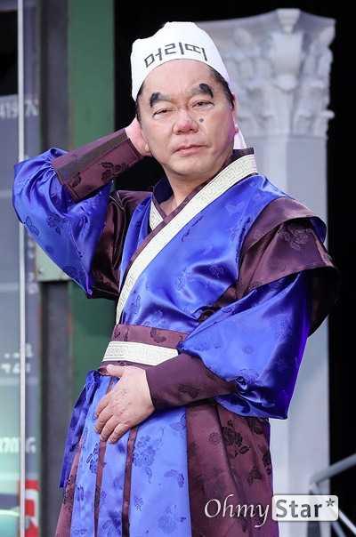 '스마일 킹' 심형래, 변치않는 코디미 실력 코미디언 심형래가 10일 오후 서울 가양동 IHQ미디어에서 열린 코미디 TV 예능 블록버스터 코미디쇼 <스마일 킹> 기자간담회에서 포토타임을 갖고 있다. <스마일 킹>은 극장 공연에서 볼 수 있었던 '쇼 코미디'와 텔레비젼 프로그램의 '방송 코미디'를 결합한 코미디 프로그램이다. 매주 일요일 오후 9시 방송.