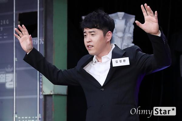 '스마일 킹' 김정환, 코미디 향한 마지막 불꽃! 코미디언 김정환이 10일 오후 서울 가양동 IHQ미디어에서 열린 코미디 TV 예능 블록버스터 코미디쇼 <스마일 킹> 기자간담회에서 포토타임을 갖고 있다. <스마일 킹>은 극장 공연에서 볼 수 있었던 '쇼 코미디'와 텔레비젼 프로그램의 '방송 코미디'를 결합한 코미디 프로그램이다. 매주 일요일 오후 9시 방송.