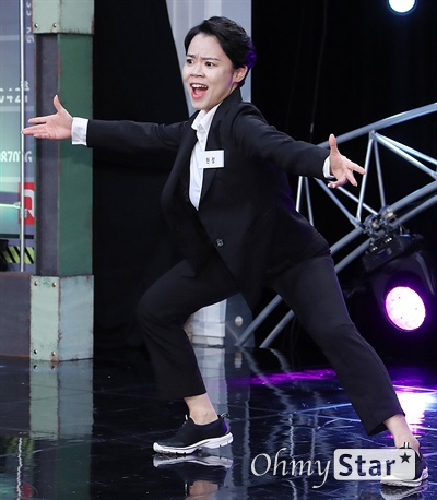 '스마일 킹' 현정, 함께가는 코미디길 코미디언 현정이 10일 오후 서울 가양동 IHQ미디어에서 열린 코미디 TV 예능 블록버스터 코미디쇼 <스마일 킹> 기자간담회에서 포토타임을 갖고 있다. <스마일 킹>은 극장 공연에서 볼 수 있었던 '쇼 코미디'와 텔레비젼 프로그램의 '방송 코미디'를 결합한 코미디 프로그램이다. 매주 일요일 오후 9시 방송.