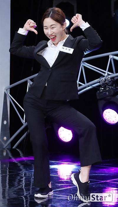'스마일 킹' 이수빈, 코미디 계속해서 행복 코미디언 이수빈이 10일 오후 서울 가양동 IHQ미디어에서 열린 코미디 TV 예능 블록버스터 코미디쇼 <스마일 킹> 기자간담회에서 포토타임을 갖고 있다. <스마일 킹>은 극장 공연에서 볼 수 있었던 '쇼 코미디'와 텔레비젼 프로그램의 '방송 코미디'를 결합한 코미디 프로그램이다. 매주 일요일 오후 9시 방송.
