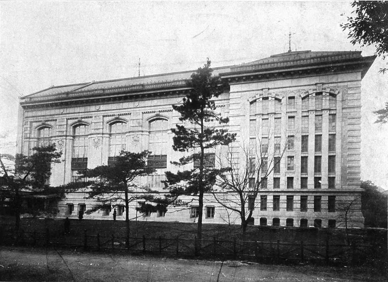 일본 국립국회도서관의 전신, 제국도서관 1872년 문부성은 도쿄 유시마에 서적관을 개관했다. 유시마서적관은 1875년 도쿄서적관, 1877년 도쿄부서적관, 1880년 도쿄도서관으로 이름을 바꿨다. 1897년 메이지 정부는 제국도서관 관제를 공포해 1907년 도쿄 우에노 공원 도쿄음악학원 부지 안에 제국도서관을 개관했다. 제국도서관은 태평양 전쟁 패전 후인 1947년 12월 국립도서관으로 이름을 바꿨다. 1948년 일본 국립국회도서관이 설치되자 1949년 4월 통합돼 국립국회도서관지부 우에노도서관이 되었다.