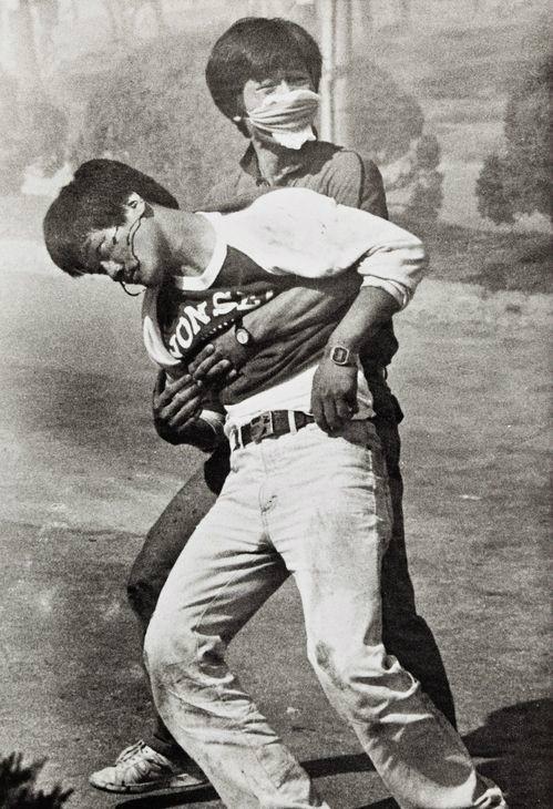 1987년 6월 9일 연세대학교 정문앞에서 경찰이 쏜 직격최루탄에 맞은 직후 동료의 부축을 받고 있는 이한열 열사의 모습