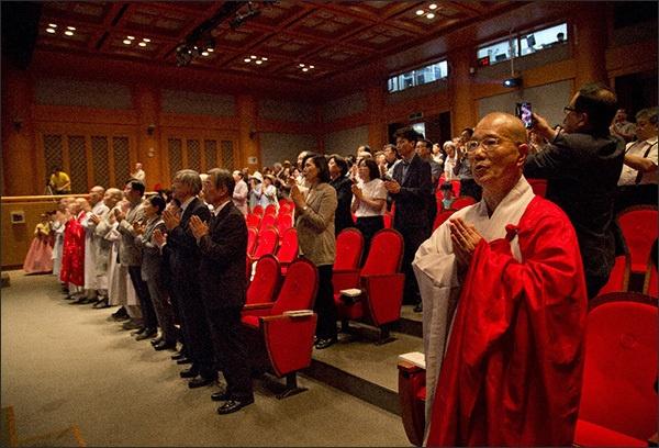 삼귀의 의례 출판기념회에 앞서 삼귀의 의례를 하고 있는 참석자들, 앞줄 오른쪽 혼자 서있는 분이 이 날의 주인공인 법현 스님