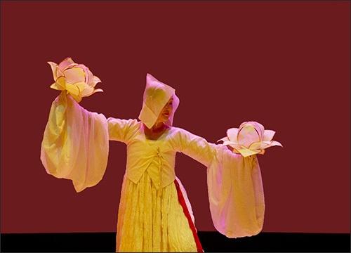 한국민족춤협회 회장 장순향 교수 바라춤을 추고 있는 한국민족춤협회 회장 장순향 교수