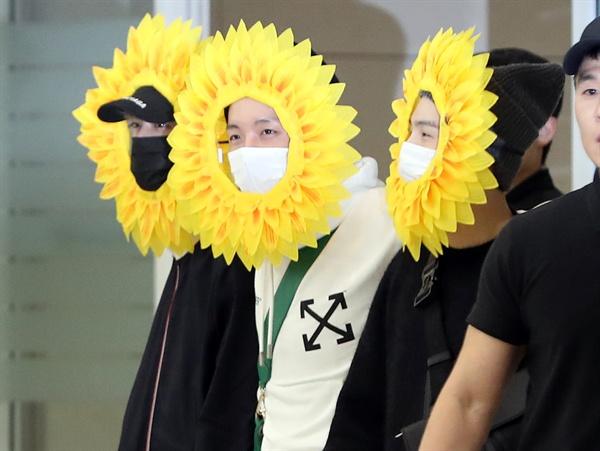 해바라기 분장으로 귀국한 방탄소년단 유럽투어를 마친 그룹 방탄소년단 멤버들이 10일 오후 인천국제공항을 통해 귀국하고 있다.