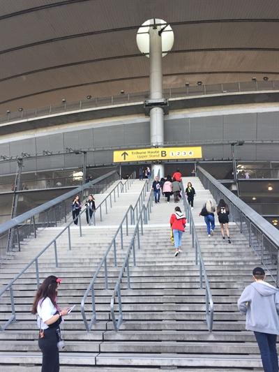 파리 스타디움을 오르는 계단 파리 스타디움에 들어가려면 저 계단을 올라야 한다.